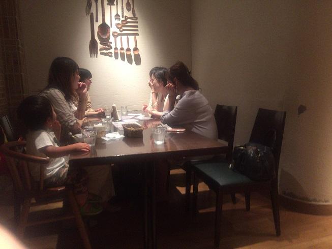 隣のテーブルでは女子会が開かれていた