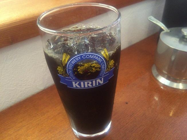 キリンのグラスに入ったアイスコーヒー