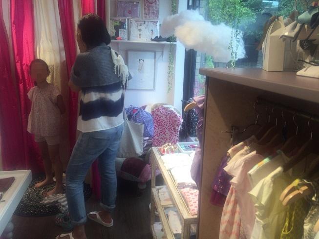 グラマラスシュガー店内で試着する女子とその母親