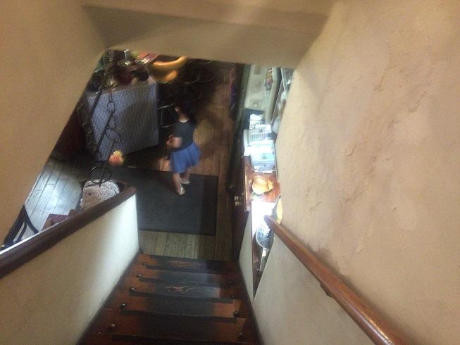 入口入った結構深い階段
