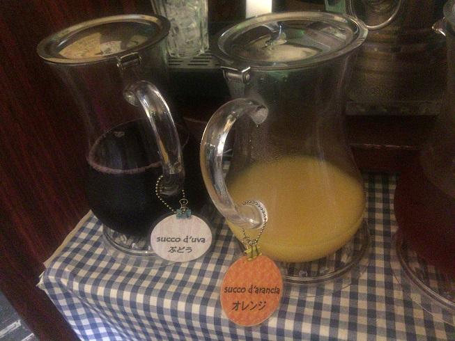 ドリンクバーのぶどうとオレンジのジュース
