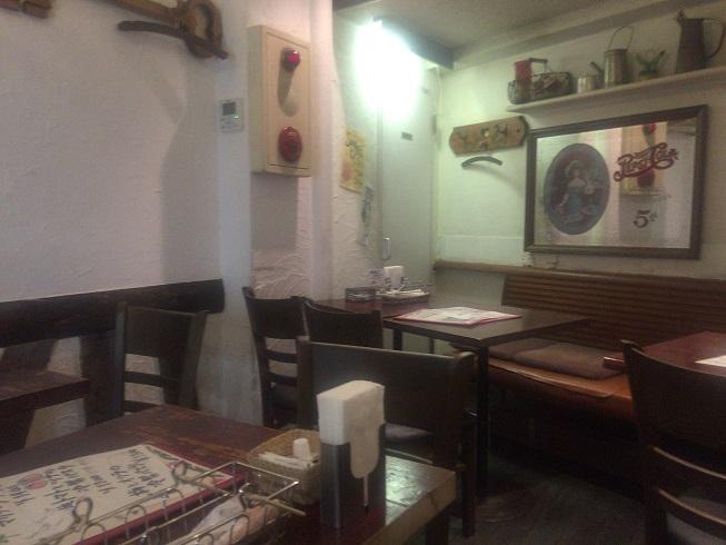 パンコントマテのテーブル席