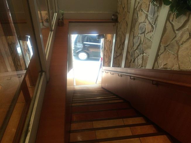 マイアミガーデン自由が丘入口階段を上がったところ