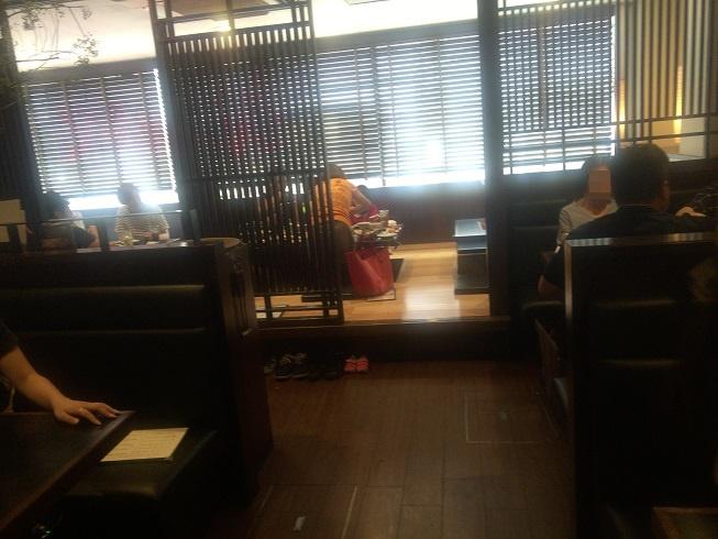 まんぷくのテーブル席とほりごたつ式座敷