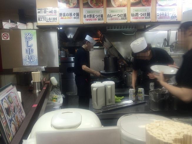 調理を開始するおじさんとひたすら片づけをする2人の従業員