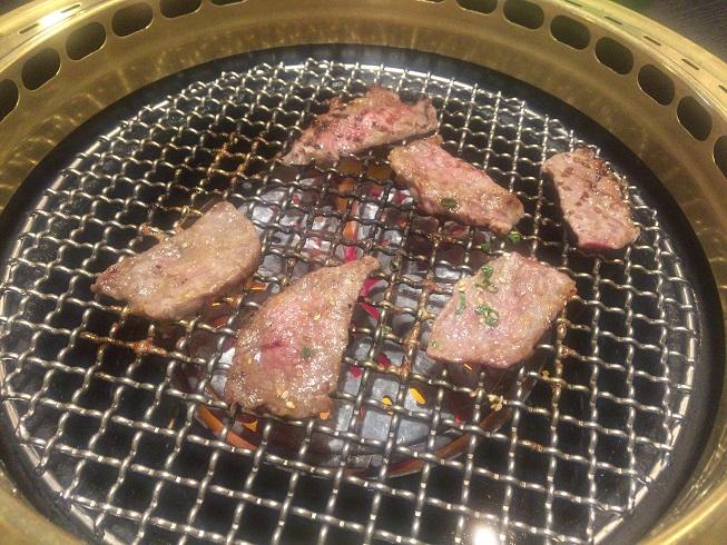 切り落とし肉を焼く
