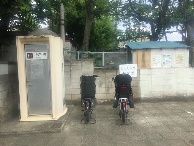 自転車置き場とトイレ