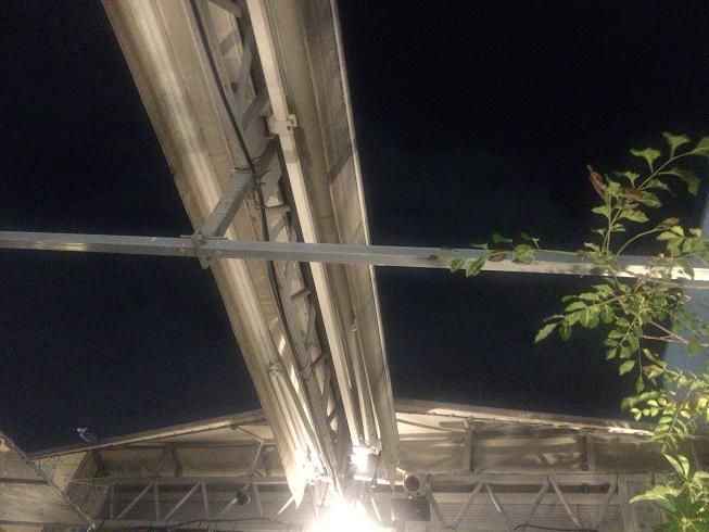 天井は折りたたみ式のマスト