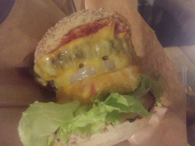 自由が丘チーズバーガーを持ってみた