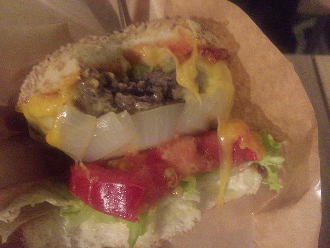 二口かじったハンバーガー