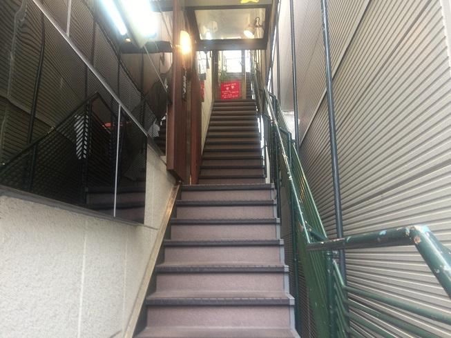 吉華は3階にある、そこまでの階段