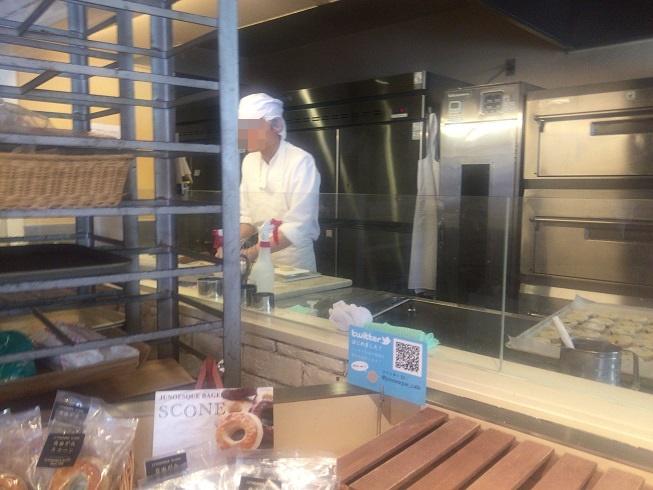 パンを製造する男性
