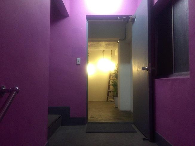 2階に上がる階段の周りは何故かピンク色