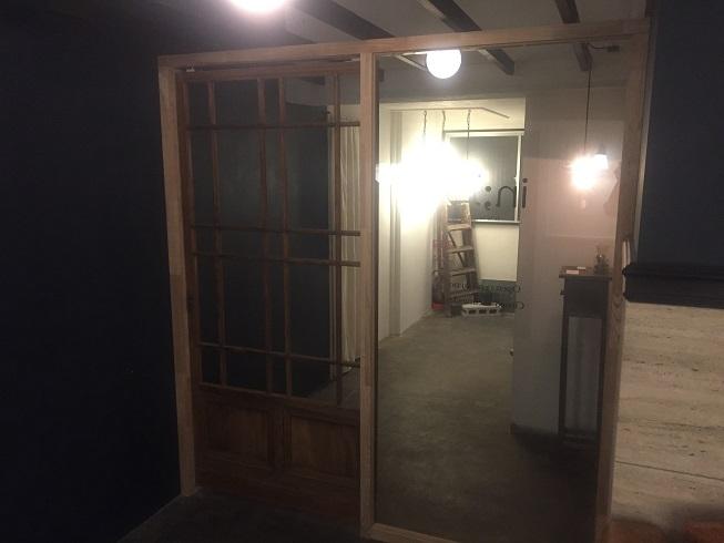 入口の大きなガラス扉