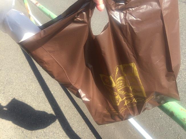 買ったパンが入った袋