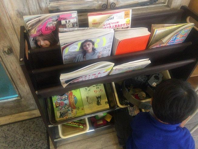 入口横の棚には雑誌やおもちゃがおいてある