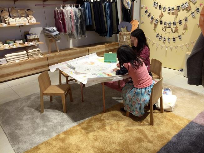 子供二人が絵を書いて遊んでいる