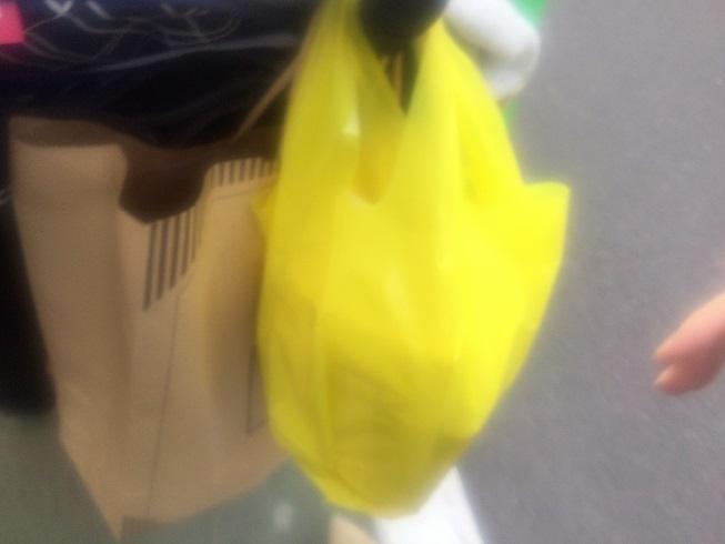 パンが入った黄色い袋