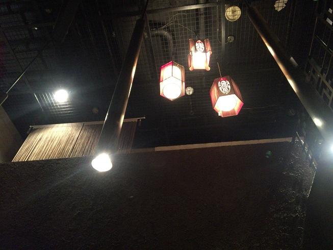 天井に吊るされた明かり