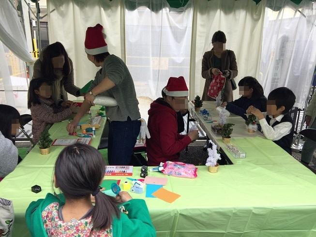 クリスマスツリーを作る子供たち