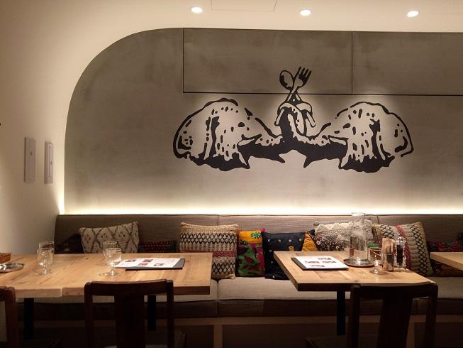店奥にあるNAAK CAFEの象徴である像の絵
