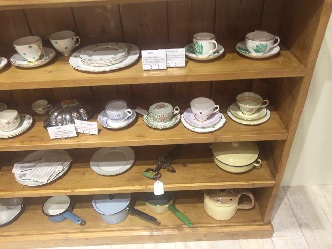 食器やコーヒーカップなど