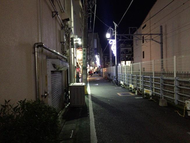 山本のハンバーグ店前の細い通り
