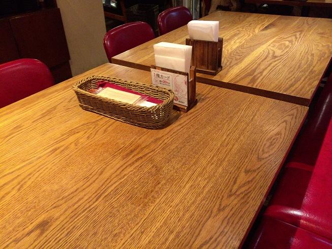 俺のハンバーグ山本店内のテーブル