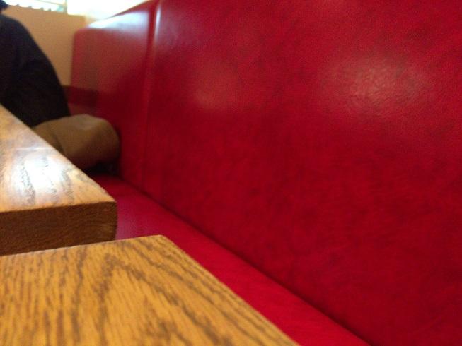 真っ赤な革張りのソファ