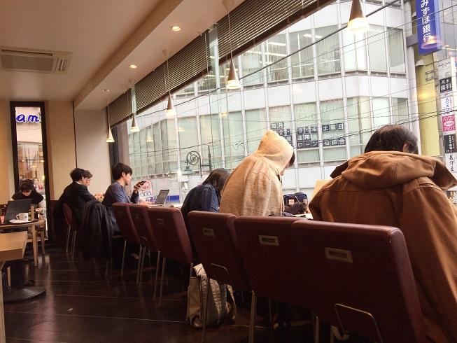 ガラス窓側に座る学生たち