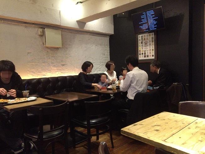 ナポリスで食事をする家族と単身者男性
