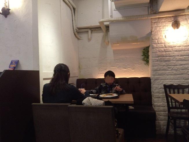 ナポリスで食事をする親子