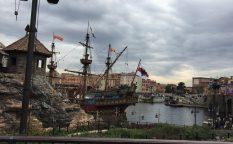 東京ディズニーシーの中にある湖に浮かぶ海賊船