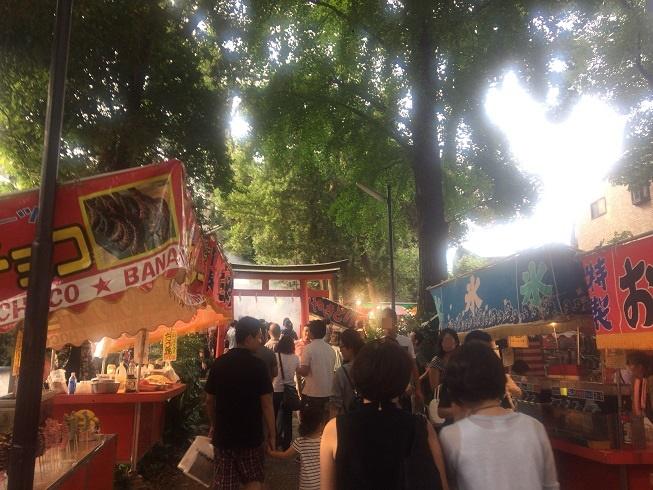 熊野神社屋台の通りを通る人々