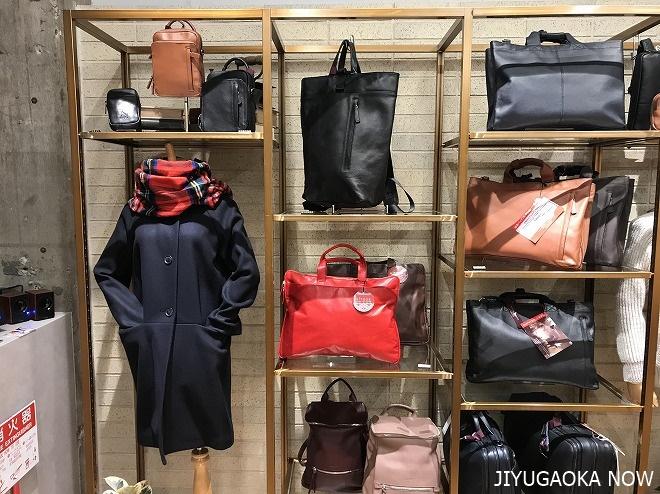 グレンフィールド自由が丘店に展示される革バッグと一部アパレル商品