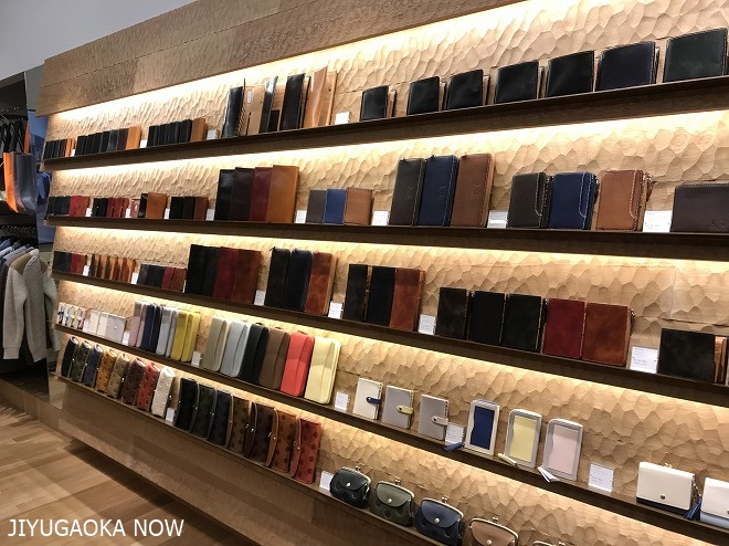 グレンフィールド自由が丘店の店内画像、壁ラック一面に革財布が展示されている