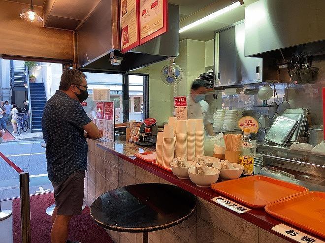 自由が丘にある大山生煎店の店内で注文する男性と店員