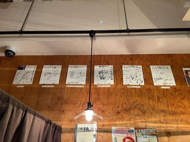 大山生焙煎の店内壁には有名人のサインが多数飾られてる