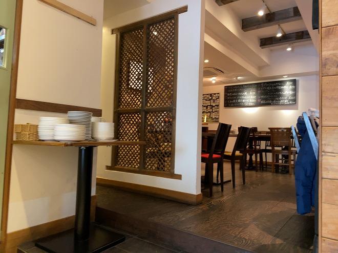マリスコスの店内テーブル席から奥まったフロアを撮影した画像