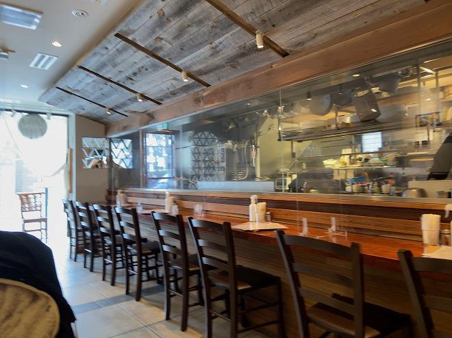 マリスコス店内のテーブルから厨房を撮影した画像