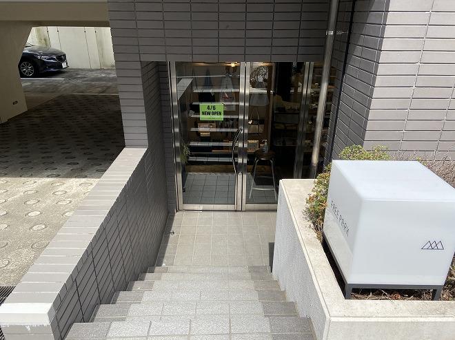自由が丘FREE PARKはSIX跡地の半地下にある。お店の階段と扉の画像