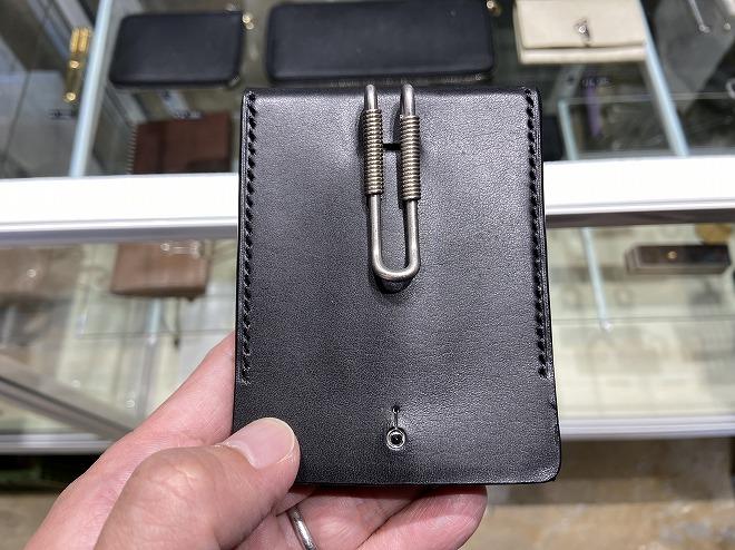 自由が丘FREE PARK(フリーパーク)店内に展示されるエドロバードジャドソンのクリップ付き財布
