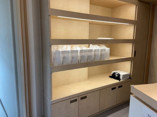 にしかわの食パンは1種類。棚には同じ包装をされた高級食パンが複数並んでいる