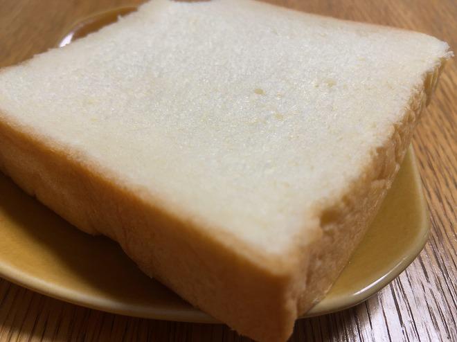 にしかわの食パンをカットした画像