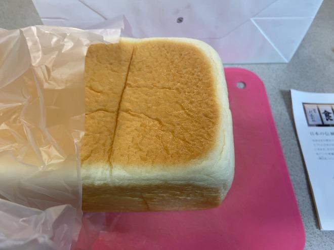 にしかわの高級食パンをカットする筆者
