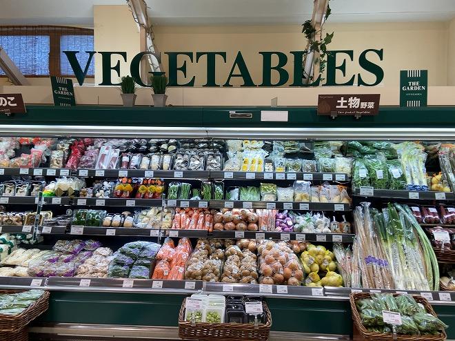 ガーデン自由が丘店の青果コーナーに綺麗に展示された野菜