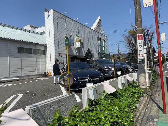 ザ・ガーデン正面入り口駐車場に留まっている高級車の数々