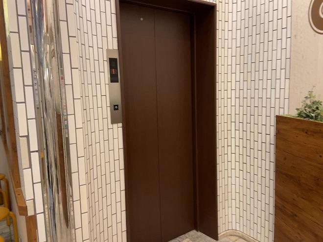 ジョナサン自由が丘店の地下1階入り口横にあるエレベーター