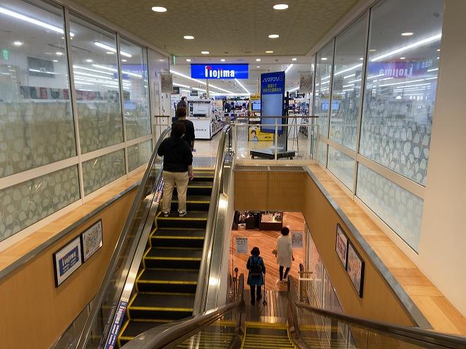 ノジマ自由が丘店4階へ向かうエスカレーター画像