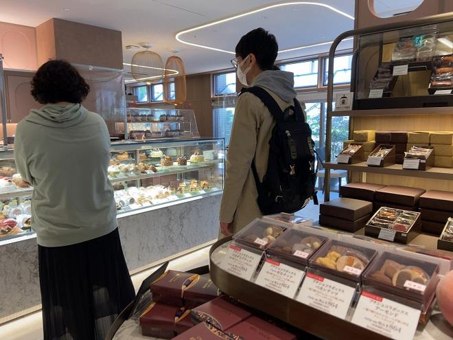 ベルアメールの店内でチョコレートを探す人々